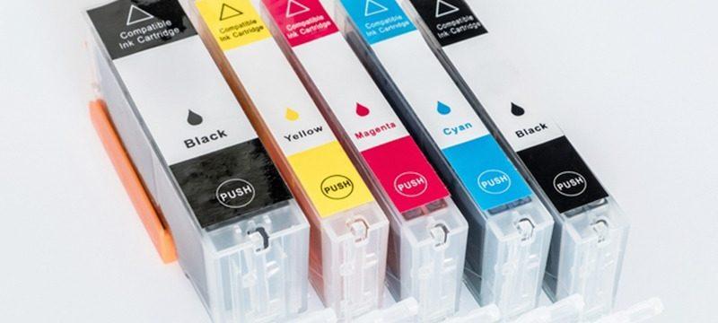 Se l'inchiostro della stampante si esaurisce e devi rivedere le opzioni di mercato per sostituire la cartuccia con una nuova, di solito vengono presentate due alternative: da un lato, utilizzare prodotti OEM, dall'altra parte, acquistare opzioni non originali, che sono compatibili e rigenerati. Oggi c'è la possibilità di acquistare cartucce d'inchiostro compatibili per stampanti, che ti fanno risparmiare abbastanza denaro. Le cartucce d'inchiostro vengono utilizzate nelle stampanti a getto d'inchiostro, ideali per il lavoro da casa, poiché non supportano molta carta e sono più lente delle stampanti laser. Una delle domande principali che si presentano quando si acquistano le cartucce e i toner della stampante è quella di scegliere tra cartucce e toner compatibili e cartucce e toner originali. La maggior parte delle persone non conosce le differenze tra di loro, in questa guida saranno illustrate nel dettaglio. Quale tipo di cartuccia è più desiderabile? Mentre la maggior parte delle persone viene catturata dalle cartucce di toner originali e rigenerate, vale la pena considerare le cartucce compatibili / generiche. Naturalmente, ogni tipo di cartuccia ha i suoi vantaggi, specialmente quando si calcola il prezzo. Le cartucce OEM sono le più affidabili ma solitamente costose. Se trovi aziende di terze parti affidabili che vendono cartucce rigenerate o compatibili, ne vale sicuramente la pena. Le cartucce e i toner originali, come suggerisce il nome, sono prodotti dalle marche stesse della stampante, ad esempio: Brother, HP, Xerox, Lexmark, Ricoh ecc. Ovviamente una cartuccia originale e un toner originale non ti daranno alcun problema e ti consentiranno di ottenere una stampa di massima qualità. Il problema principale offerto dalle cartucce e dai toner originali è nel loro prezzo, che è molto più alto di quello dei compatibili r rigenerati. Tipi di cartucce Originali: sono cartucce prodotte dal produttore dell'apparecchiatura acquistata. Spesso chiamati originali perch